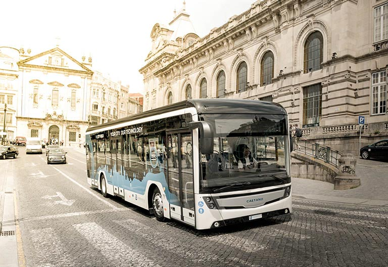 Barcelona incorporates 8 new units powered by hydrogen into its bus fleet, the cleanest energy that does not generate waste. The strategy of TMB (Transportes Metropolitanos De Barcelona) takes an ambitious leap towards hydrogen with an investment of 6.5 million euros with CaetanoBus, a company owned by Domingo Alonso Group.