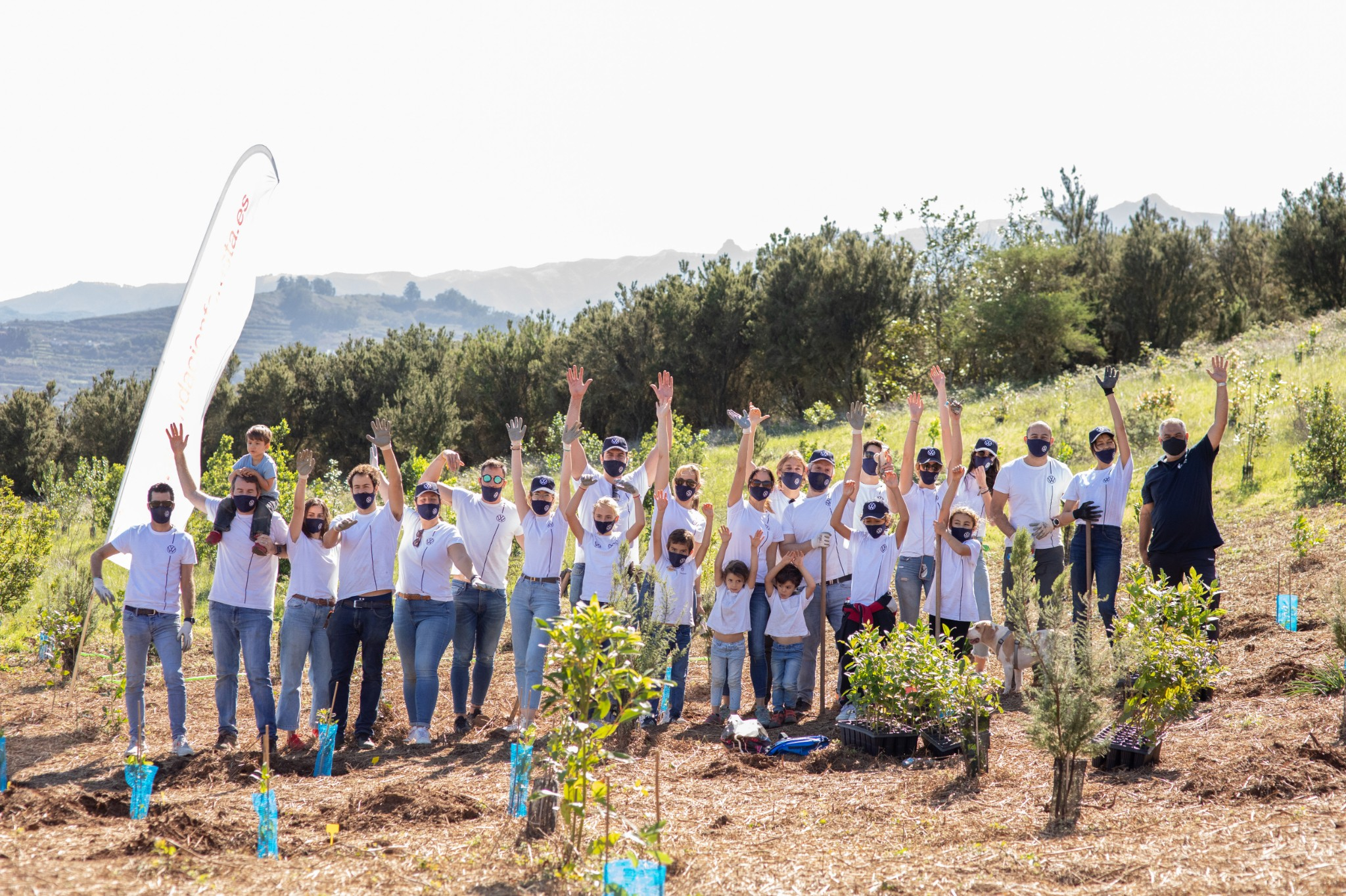 In collaboration with Foresta, Volkswagen Canarias is planting Canarian forests after the fire that hit Gran Canaria in 2019. With a total of 2,000 trees, the brand has contributed to reforesting laurel forests in the Canary Islands. Domingo Alonso Group, importer of the brand in the Canary Islands, has always shown its concern for the preservation of the environment and goes one step further with the donation of a chipping machine to help in the daily work of the Foresta Foundation and in prevention tasks.